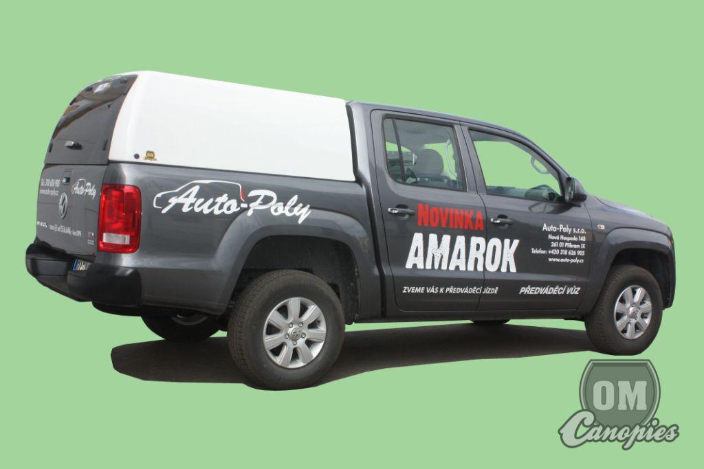 Vw Amarok DC s hardtopem model Mk.I. v bílé barvě.