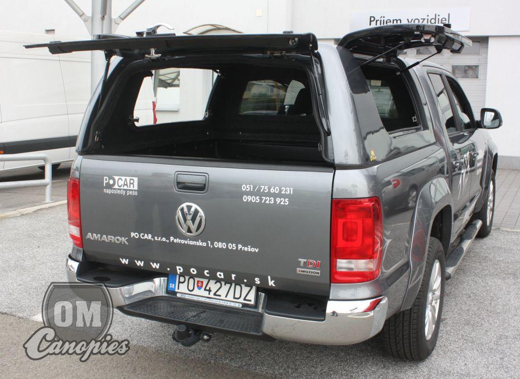 Volkswagen AMAROK pick-up s hardtopem - nástavbou MK III. s odklopnými boky. Tento model hardtopu je určen profesionálům, umožňuje totiž okamžitý přístup do hardtopu ze tří stran. U Amaroka odklopeny boky hardtopu i zadní okno - dveře hardtopu.