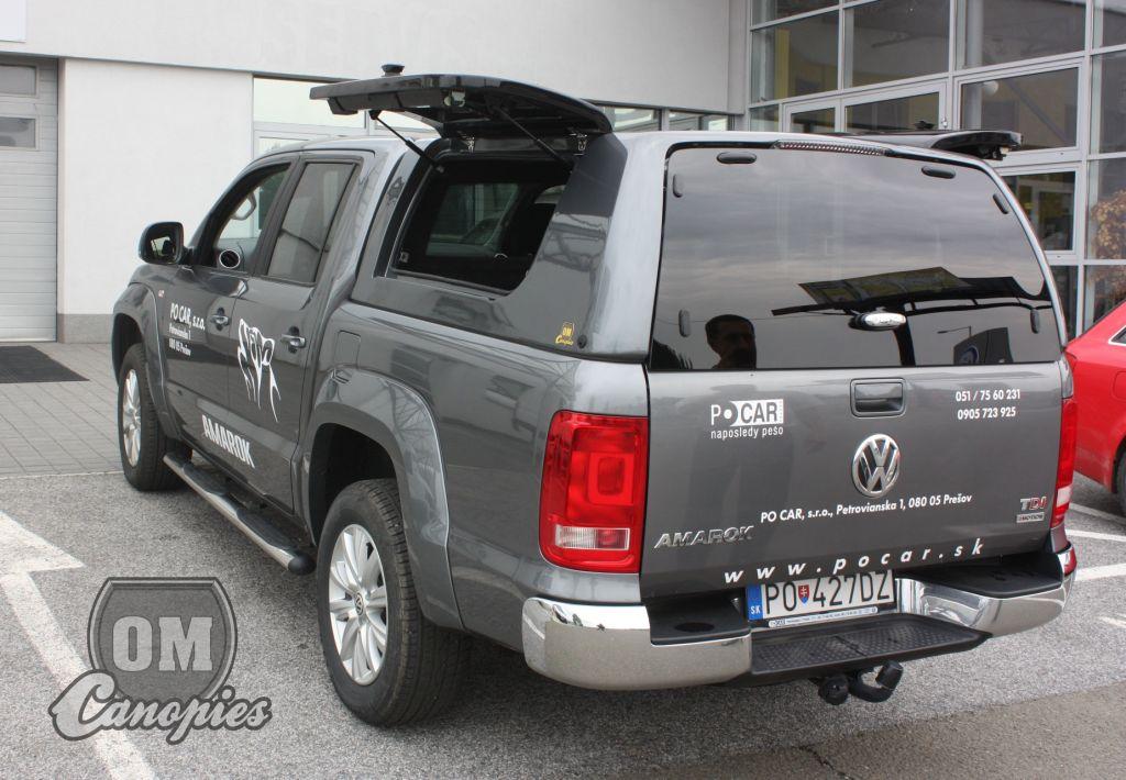 Volkswagen AMAROK pick-up s hardtopem - nástavbou MK III. s odklopnými boky. Tento model hardtopu je určen profesionálům, protože umožňuje okamžitý přístup do hardtopu ze tří stran. U Amaroka odklopeny boky hardtopu, zadní okno - dveře hardtopu jsou zavřené. Výrobcem hardtopů je OM Canopies.