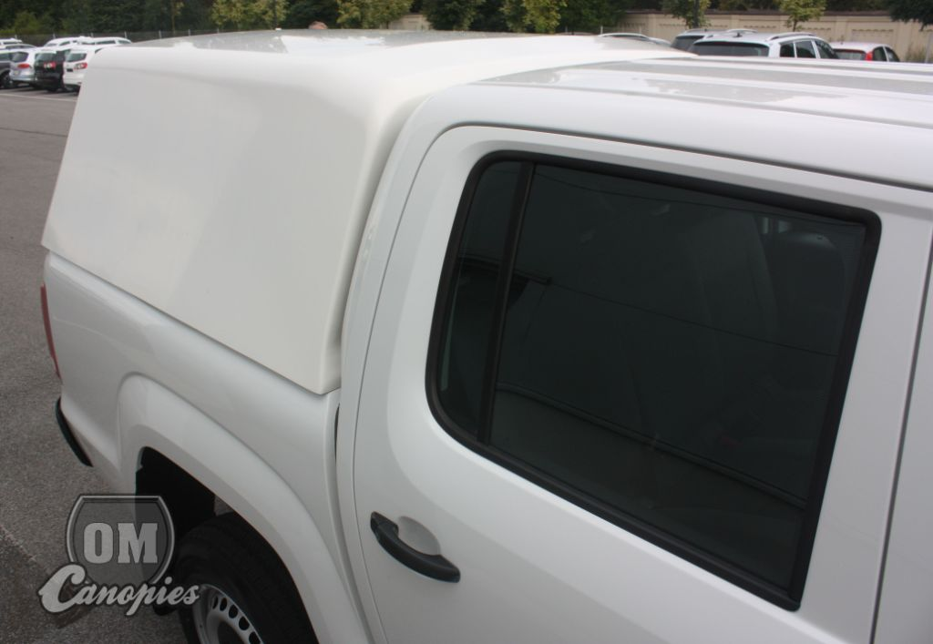 VW AMAROK pickup s pracovním  hardtopem - nástavbou FLEET od OM Canopies - hardtop převyšuje střechu vozu o 45 mm