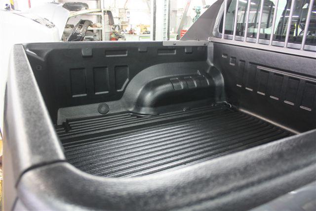 Plastová vana s lemy v kombinaci s ochranným rámem za kabinou vozu VW Amarok