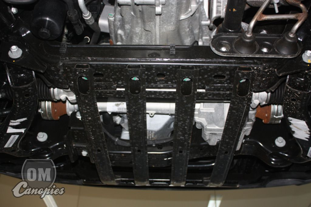 Spodek přední části Amaroka s originálními ližinami, které chrání motor a převodovku pouze částečně.