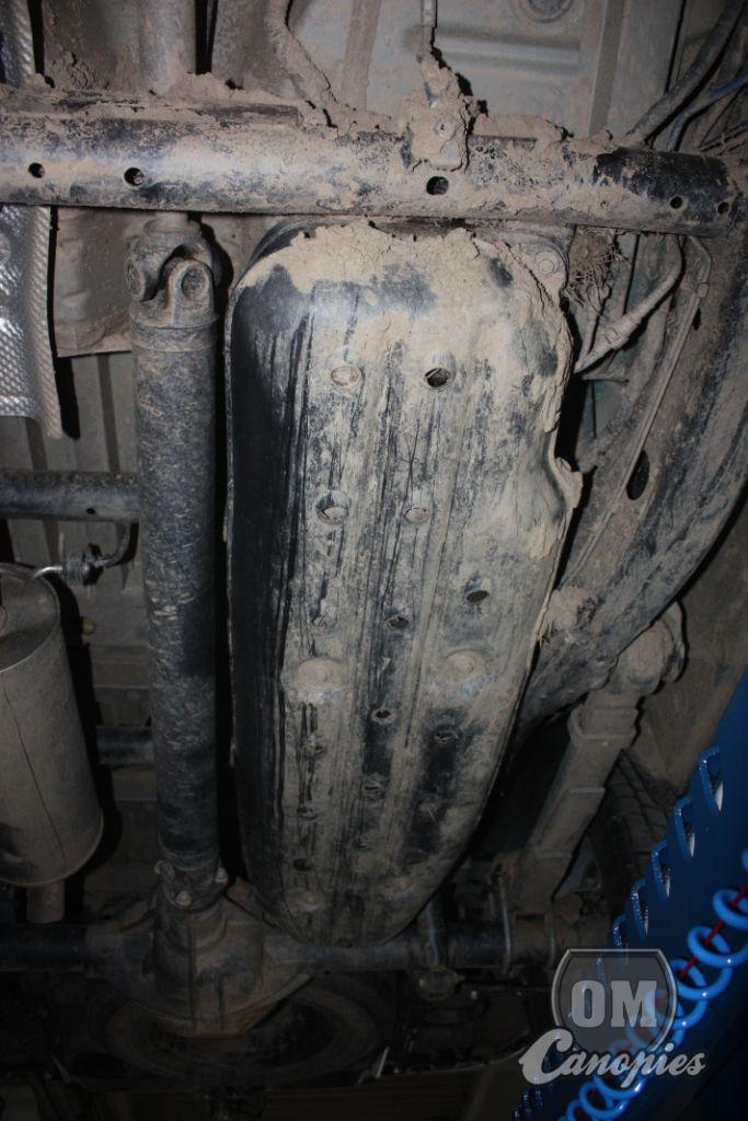 ..všimněte si množství šrámů na nádrži. Stačí šutr někde v přechodovém úhlu při výjezdu krpálu a je to..